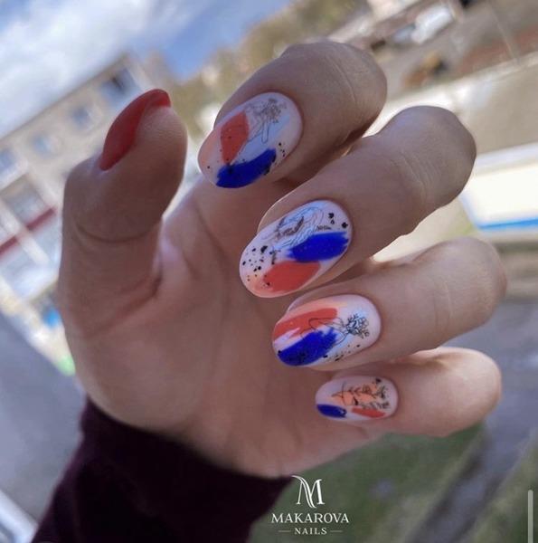 Абстрактный маникюр 2021-2022 – красивые и оригинальные идеи, сочетание дизайнов ногтей абстракции с геометрией, растительная абстракция, лица на ногтях